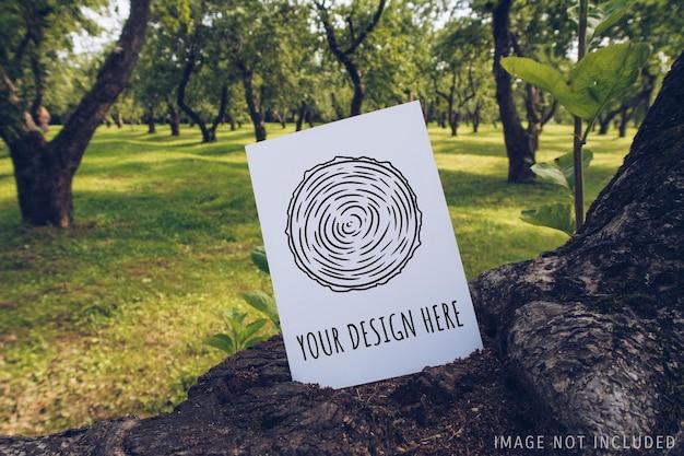 Maqueta de postal en una rama de madera