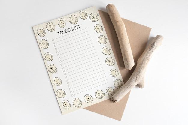 Maqueta de la postal en la sección del árbol de corte de madera en la mesa blanca.