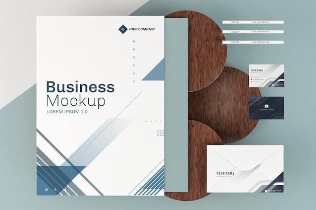 Maqueta de póster comercial de papelería y tablas de madera.