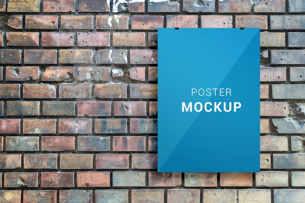 La maqueta del póster cuelga frente a la pared urbana de ladrillo