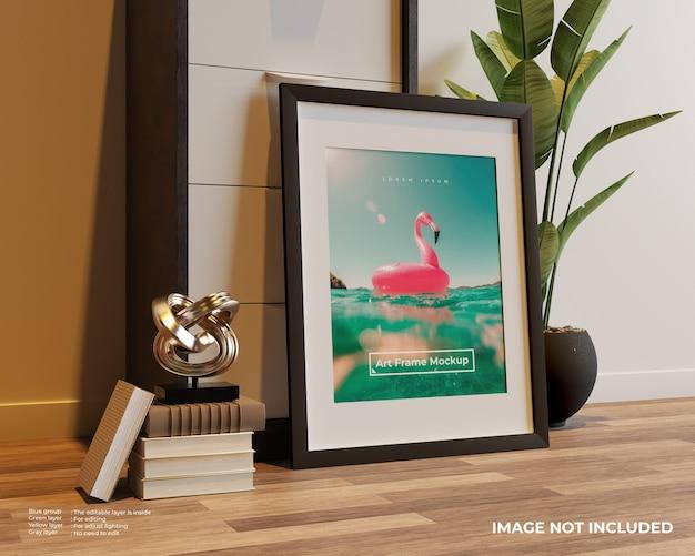 Maqueta de póster de marco de arte en el piso apoyado contra el armario