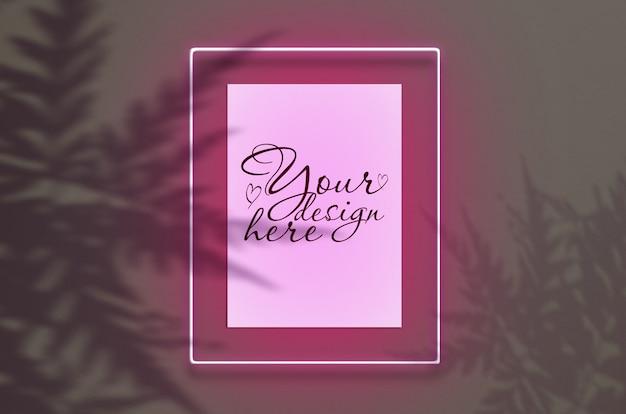 Maqueta del póster en neón marco rosa resplandor con hojas sombras.