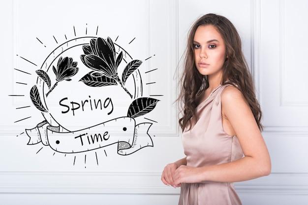 Maqueta de primavera con mujer de estilo