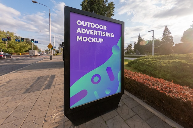 Maqueta de la publicidad de banner de póster al aire libre de street city en el soporte vertical negro