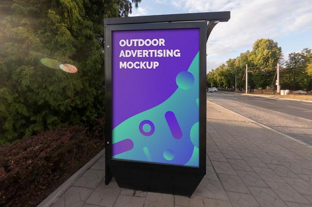 Maqueta de la publicidad en la calle del cartel exterior de la ciudad en el stand vertical negro en la parada de autobús