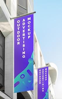 Maqueta de la publicidad de la pancarta al aire libre de la calle de la ciudad en la bandera vertical
