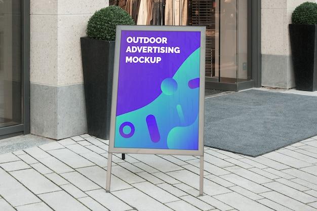 Maqueta de la publicidad de la pancarta al aire libre de la calle de la ciudad en el soporte vertical plateado