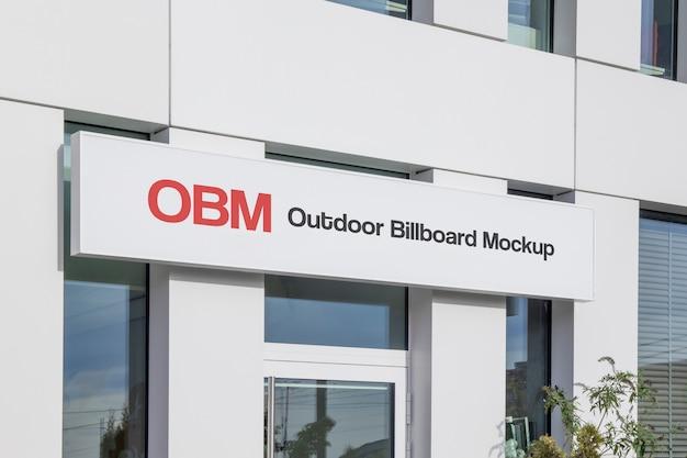 Maqueta de publicidad en vallas horizontales al aire libre de calles urbanas estrechas colgando en la fachada de la oficina
