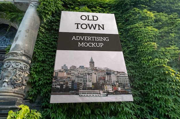 Maqueta de publicidad vertical clásica al aire libre en la pared del antiguo edificio