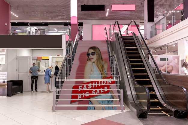 Maqueta publicitaria de centro comercial en escaleras