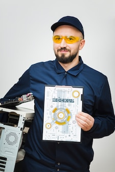 Maqueta de reparador de computadora de vista frontal
