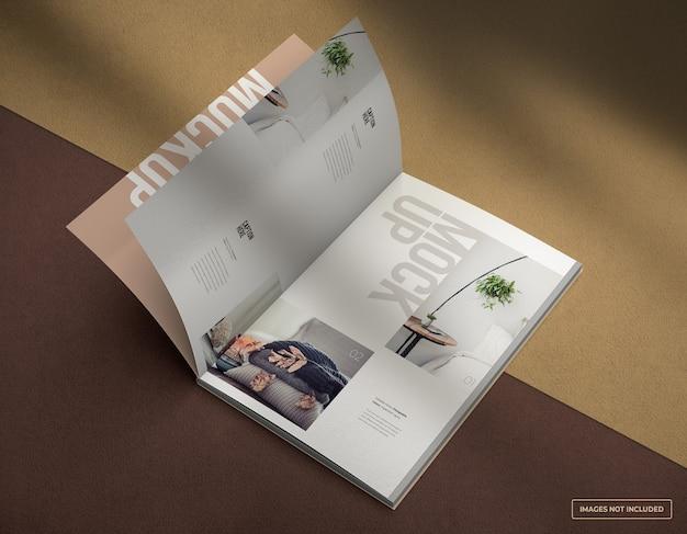 Maqueta de revista abierta flotante con páginas interiores