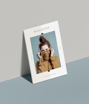 Maqueta de revista editorial con mujer apoyada en la pared