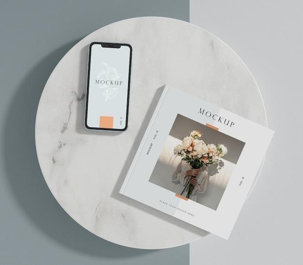 Maqueta de revista editorial de smartphone y libro cuadrado