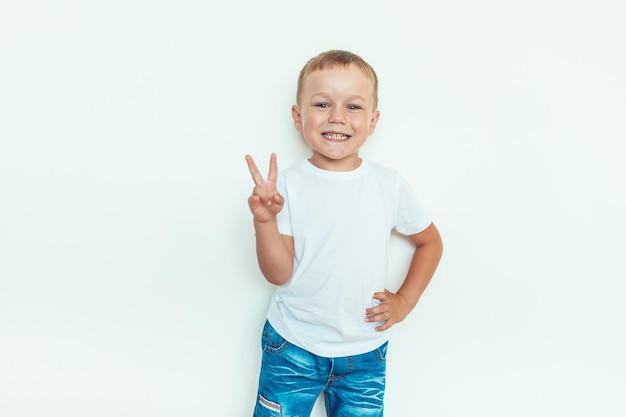Maqueta de ropa de camiseta para niños