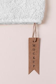 Maqueta de ropa etiqueta marrón sobre tela de toalla