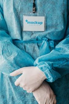 Maqueta de ropa médica y tarjeta de identificación