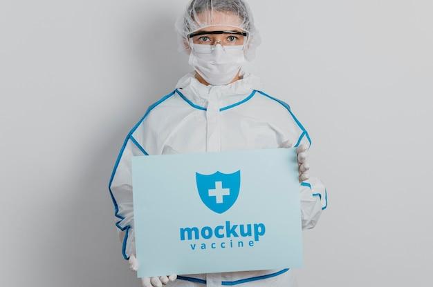 Maqueta de ropa médica y tarjeta