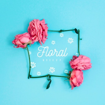 Maqueta de rosas rosadas de marco floral plano