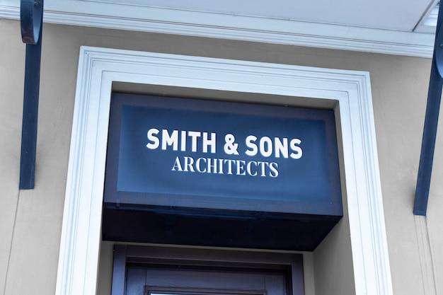 Maqueta de señalización horizontal clásica del logotipo en la entrada del edificio