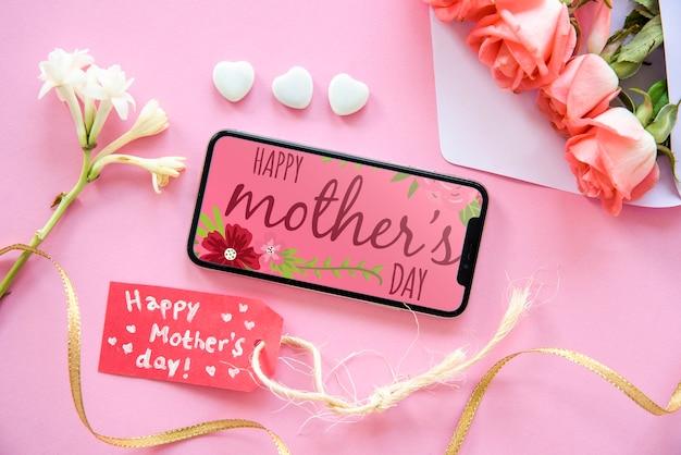 Maqueta de smartphone con composición flat lay del día de la madre
