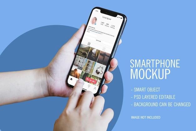 Maqueta de smartphone con dos manos