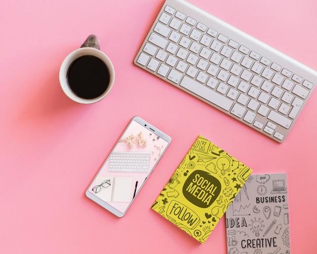 Maqueta de smartphone en escritorio
