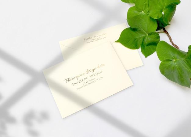 Maqueta de sobre con hojas