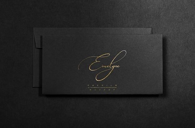 Maqueta de sobre negro con lámina dorada
