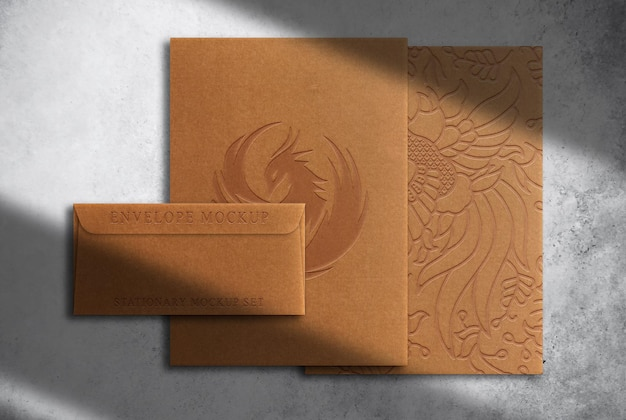 Maqueta de sobre y papel en relieve de papel marrón de lujo