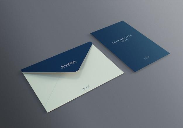 Maqueta de sobre y tarjeta de felicitación vertical