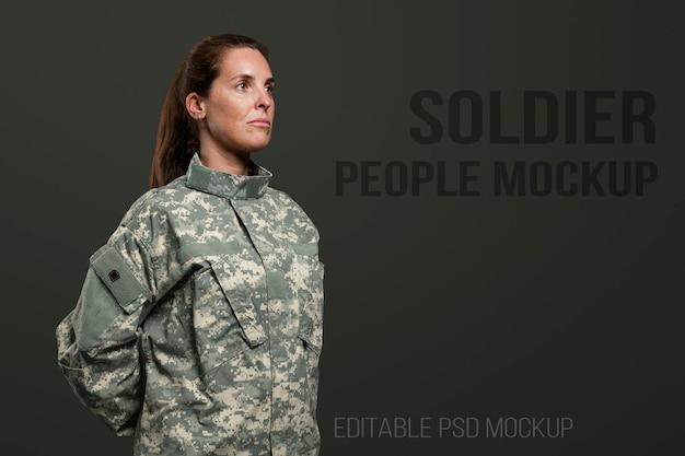 Maqueta de soldado femenino psd de pie en posición cómoda