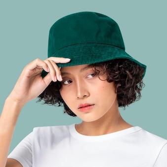 Maqueta de sombrero en la cabeza de la mujer