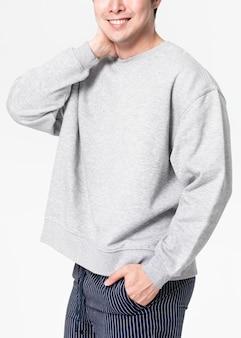Maqueta de suéter psd con pantalones pijamas de hombre de cerca