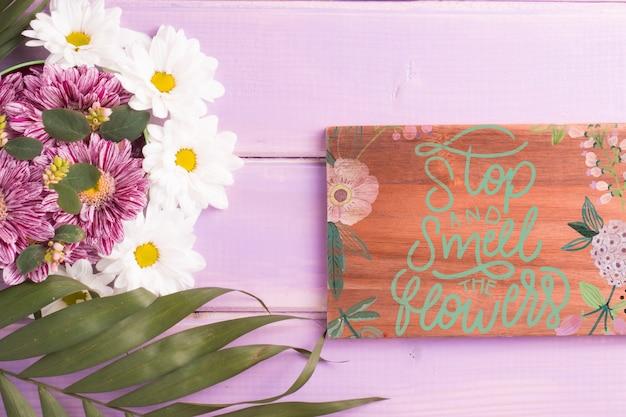 Maqueta de tabla de madera con decoración floral