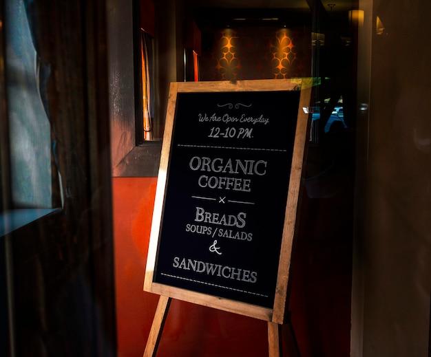 Maqueta de tablero de café orgánico enmarcado de madera