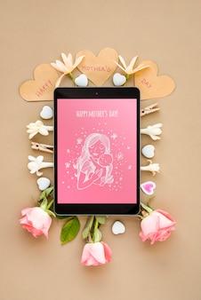Maqueta de tableta con composición flat lay del día de la madre