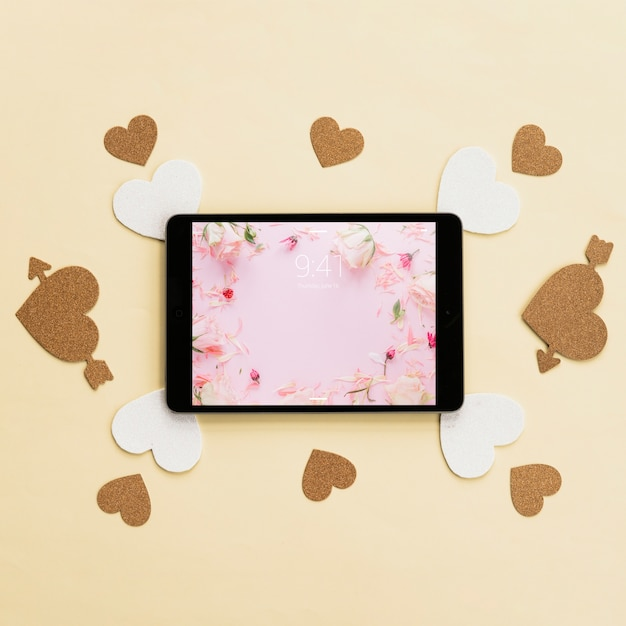 Maqueta de tableta y corazones