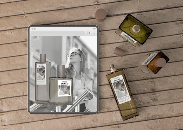 Maqueta de tableta con sitio web de perfume