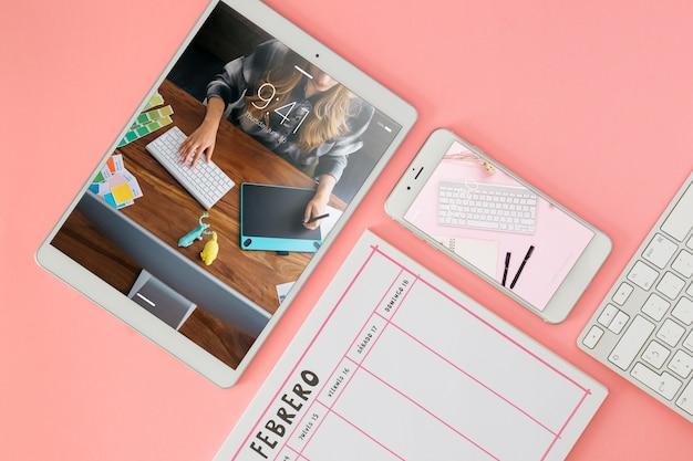 Maqueta de tableta y smartphone en escritorio