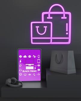 Maqueta de tableta viernes negro con luces de neón moradas