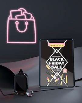 Maqueta de tableta viernes negro con luces de neón rosa
