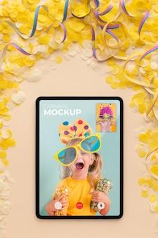 Maqueta de tableta de vista superior con confeti
