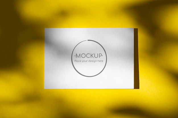 Maqueta de tarjeta amarilla con sombra