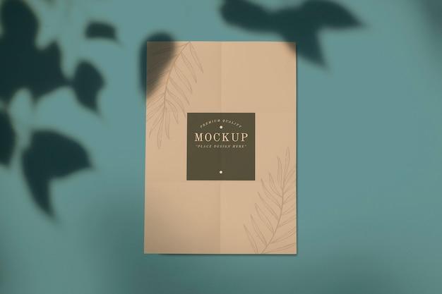 Maqueta de tarjeta de calidad premium con diseño de hoja.