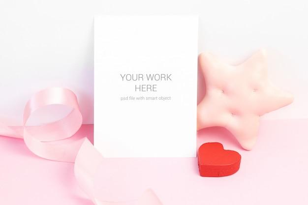 Maqueta de tarjeta con cinta, estrella y corazón