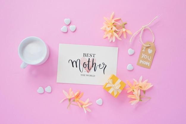 Maqueta de tarjeta con composición flat lay del día de la madre