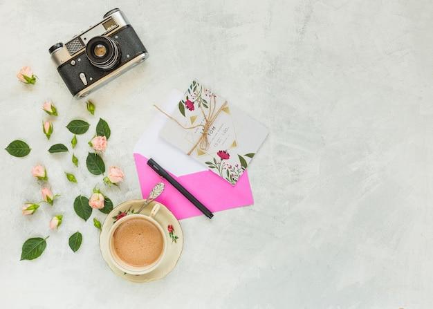 Maqueta de tarjeta con decoración floral para boda o cita PSD gratuito