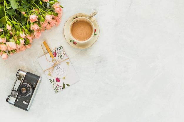 Maqueta de tarjeta con decoración floral para boda o cita