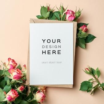 Maqueta de tarjeta de felicitación de boda con sobre y flores rosas